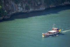 Vue de rivière Douro, avec la navigation récréationnelle de bateaux, pour des visites touristiques, au Portugal photos stock