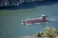 Vue de rivière Douro, avec la navigation récréationnelle de bateaux, pour des visites touristiques, au Portugal photographie stock