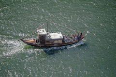 Vue de rivière Douro, avec la navigation récréationnelle de bateaux, pour des visites touristiques, au Portugal photos libres de droits