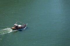 Vue de rivière Douro, avec la navigation récréationnelle de bateaux, pour des visites touristiques, au Portugal images stock