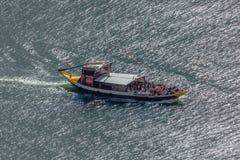 Vue de rivière Douro, avec la navigation récréationnelle de bateaux, pour des visites touristiques, au Portugal photo stock