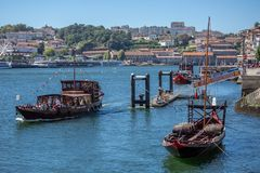 Vue de rivière Douro, avec la navigation récréationnelle de bateaux, pour des visites touristiques, ville de Gaïa sur le fond images stock