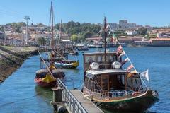 Vue de rivière Douro, avec le bateau et les bateaux récréationnels de Rabelo sur des docks de ville de Gaïa image stock