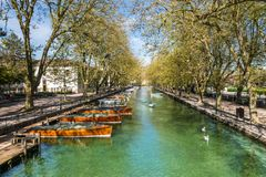 Vue de rivière et de bateaux de pont de l'amour à Annecy, France Images libres de droits