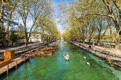 Vue de rivière et de bateaux de pont de l'amour à Annecy, France Photo stock