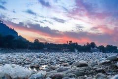 Vue de rivière Ganga et un bon nombre de pierres après coucher du soleil avec le ciel dramatique étonnant Images libres de droits