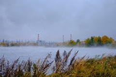 Vue de rivière près d'une centrale nucléaire photos libres de droits