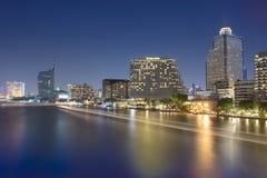 Vue de rivière avec les lumières, les bateaux et les bâtiments modernes Photographie stock libre de droits