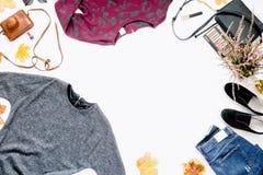 Vue de robe, jeans, espadrilles, sac avec des cosmétiques Photo libre de droits