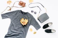Vue de robe, lunettes de soleil, espadrilles, sac, appareil-photo de vintage Images libres de droits