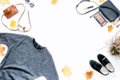 Vue de robe, lunettes de soleil, espadrilles, sac avec des cosmétiques Automne Photos stock