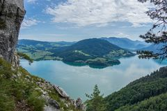 Vue de roche de Drachenwand sur Mondsee et Attersee Par l'intermédiaire du ferrata dans la région de Halstatt, l'Autriche photos libres de droits