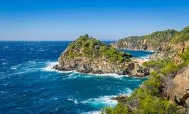 Vue de roches et de mer d'île de Porquerolles image libre de droits