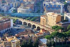 Vue de Rome et de chemin de fer papal photo stock