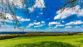 Vue de roulement de campagne avec des prés et de petites collines au Luxembourg central photographie stock libre de droits