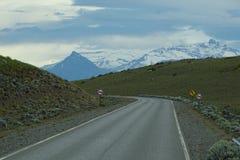 Vue de route avec les montagnes neigées de Chalten, Argentine Image stock