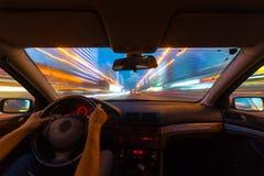 Vue de route de nuit de l'intérieur de voiture Photos stock