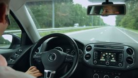 Vue de route de l'intérieur de voiture pendant le voyage par la route clips vidéos