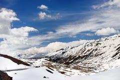 Vue de route par le parc national suisse dans la journée de printemps ensoleillée Endroits scéniques de la Suisse photographie stock libre de droits