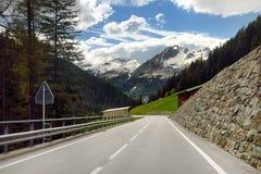 Vue de route par le parc national suisse dans la journée de printemps ensoleillée Endroits scéniques de la Suisse photo stock