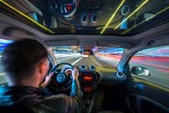 Vue de route urbaine de nuit de l'intérieur de voiture Photographie stock