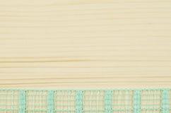 Vue de ruban vert sur le fond en bois Image libre de droits