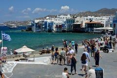 Vue de rue à peu de Venise dans Mykonos avec des touristes marchant près de la mer photos libres de droits