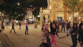 Vue de rue au centre de la ville populaire d'Amsterdam la nuit - AMSTERDAM - LES PAYS-BAS - 19 juillet 2017 clips vidéos