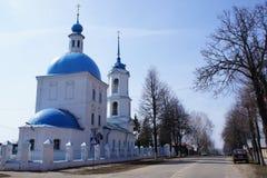 Vue de rue avec l'église orthodoxe d'une ville provinciale de Zaraysk, région de Moscou Photos stock