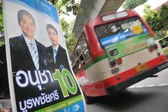 Vue de rue avec la plaquette thaïe d'élection Photos libres de droits