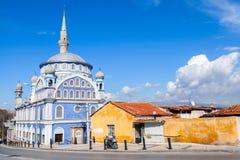 Vue de rue avec la vieille mosquée de Fatih Camii (Esrefpasa) à Izmir Photos stock