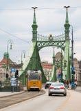Vue de rue avec le tram et les voitures jaunes à Budapest Photos libres de droits
