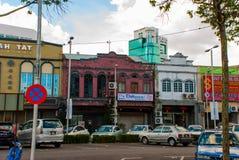 Vue de rue avec les maisons et le transport routier Ville de Sibu, Sarawak, Malaisie, Bornéo photos stock