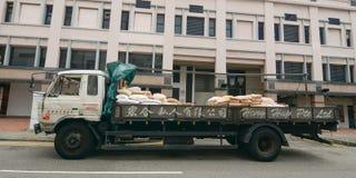 Vue de rue avec un camion au centre de la ville Photo stock