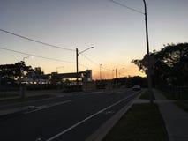 Vue de rue de coucher du soleil image stock