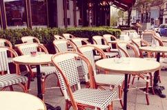 Vue de rue d'une terrasse de café Photos stock
