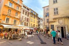 Vue de rue dans la vieille ville d'Antibes, France photos libres de droits