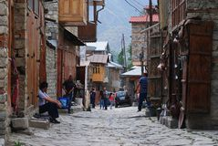 Vue de rue dans le village montagneux de Lahic de l'Azerbaïdjan photographie stock