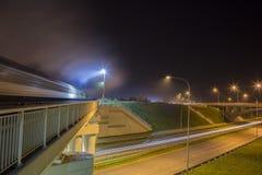 Vue de rue de nuit avec des traceurs dans la ville de Daugavpils image stock