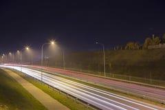 Vue de rue de nuit avec des traceurs dans la ville de Daugavpils images stock