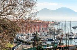 Vue de rue de port de Naples avec des bateaux Photos libres de droits