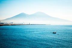 Vue de rue de port de Naples avec des bateaux Images libres de droits