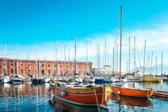 Vue de rue de port de Naples avec des bateaux Images stock