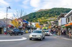 Vue de rue de Queenstown au Nouvelle-Zélande Les gens peuvent explorer vu autour de lui Photos libres de droits