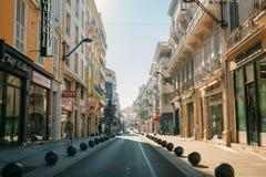 Vue de rue de ville avec des barrières de boules de restrictions de stationnement Photo stock