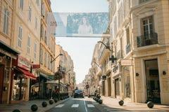 Vue de rue de ville avec des barrières de boules de restrictions de stationnement dedans Photographie stock libre de droits