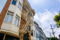 Vue de rue des rangées des bâtiments multi d'unité, San Francisco images libres de droits