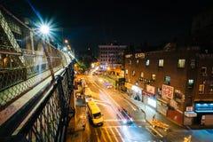 Vue de rue du marché la nuit, vue du pont W de Manhattan Images stock
