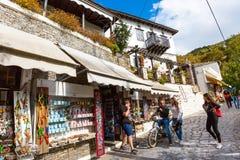 Vue de rue et de boutiques au village de Makrinitsa de Pelion, Grèce Photographie stock libre de droits