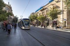 Vue de rue de Jaffa avec la ligne de tram à Jérusalem photo stock